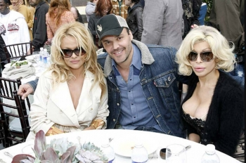 Pamela-Anderson,-David-LaChapelle-and-Amanda-LePore-at-at-Flaunt-Magazine-Oscar-Party